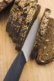 Svart bröd skivade ‹för †på en skärbräda Arkivbild