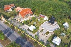 Svart buddistisk sammanträdemeditationmunk Statue i den Wat Kaeo Manee Si Mahathat templet Antenn som skjutas från över Phang Nga Arkivfoto