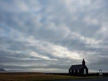 Svart Budir kyrka på den Snaefellsnes halvön i Island Royaltyfri Bild