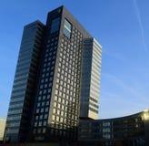 Svart byggnad till den blåa himlen Arkivbilder