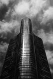 svart byggnadswhite Arkivfoton