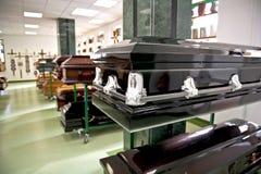 svart casket arkivfoton