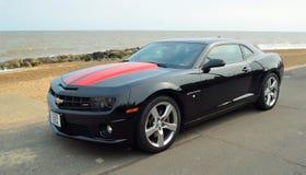 Svart Chevrolet Camara för klassiker som motorisk bil parkeras på sjösidapromenad arkivfoton