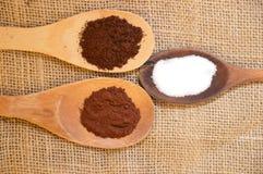 Svart coffe- och kakaosocker på den wood skeden Fotografering för Bildbyråer