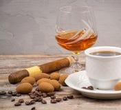 Svart coffie och exponeringsglas med konjak tjänade som med druvan och chocola royaltyfri fotografi