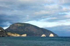svart crimea berg nära havet fotografering för bildbyråer