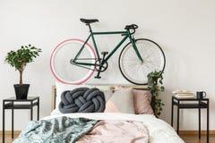Svart cykel i sovrum royaltyfria bilder