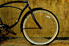 Svart cykelram med det plana gummihjulet Royaltyfria Foton