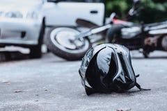 Svart cyklisthjälm på gatan royaltyfria bilder