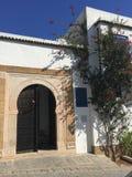 Svart dörr med prydnaden i tunisian arabisk stil arkivbild
