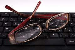 Svart datortangentbord och exponeringsglas Arkivbilder