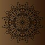 Svart delikat rund modell, mandala på en brun bakgrund Royaltyfri Foto