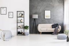 Svart den industriella bordlägga enheten, grå färg knyter kudden på ett läder s royaltyfri bild