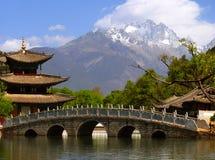 Svart Dragon Pool och Jade Dragon Snow berg & x28; Yulongxui Shan& x29; Arkivfoto