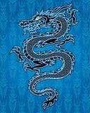 Svart drake på blå bakgrund Arkivfoto