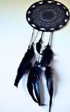 Svart dreamcatcher som hänger på en vägg Arkivfoton
