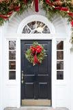 Svart dörr med julkransen Royaltyfri Fotografi