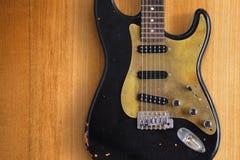 Svart elektrisk gitarr en Royaltyfri Bild