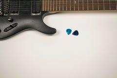 Svart eletric gitarr med gitarrhackor Royaltyfria Foton