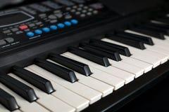 svart elfenben keys pianowhite Arkivbild