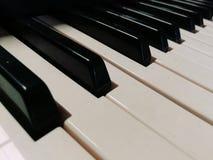 svart elfenben keys pianowhite Arkivfoton