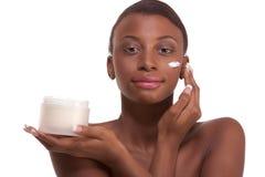 svart etnisk framsida som moisturizing den topless kvinnan Arkivbilder