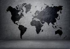 Svart-färgad världskarta på betongväggen royaltyfri bild