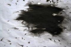 Svart färgpulver som framförs över vitt närbildpapper Royaltyfri Foto