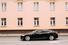 Svart färgTesla modell S Car In Motion på gatan Den Tesla modellen S Royaltyfri Foto
