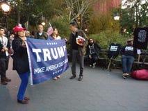 Svart för ` M för fors I för universitetslärare` t? , Politiskt samlar i Washington Square Park, NYC, NY, USA royaltyfria foton