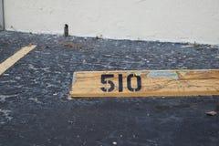 Svart för nummer 510 på guling Asfalt på bakgrunden svart nummerstencil som målas på bakgrunden, nummer 510; nummer femhundra t royaltyfri bild