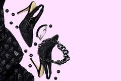Svart för samling för tillbehör för dräkt för allhelgonaaftonparti kvinnlig på rosa bakgrund, skor, torkduk med skallar, smycken  royaltyfri bild