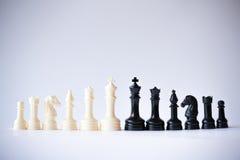 Svart för schackuppsättning vs vit Arkivfoton