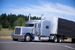 Svart för släp för stora klassiska halva rör för lastbilrigg högväxta beställnings- Royaltyfria Foton