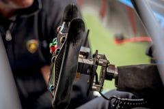 Svart för styrninghjul för tävlings- bil begrepp för motorsport Arkivbilder