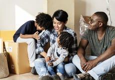 Svart familj som flyttar sig till det nya huset royaltyfri foto