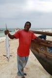 Svart fiskare från ön av Zanzibar den hållande makrillen Arkivfoto
