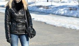 svart flickaomslagsläder Royaltyfria Foton