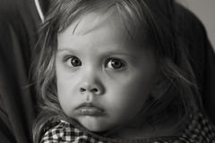 svart flickaståendewhite Royaltyfri Fotografi