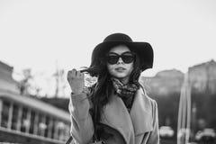 svart flickawhite Arkivfoto