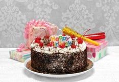 Svart Forest Chocolate Cake för lycklig födelsedag med gåvor arkivfoto