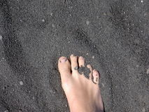 svart fotsand för strand Royaltyfri Bild