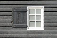 Svart gammalt wood fönster i landshus Royaltyfria Bilder