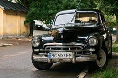 Svart GAZ-M20 Pobeda bil för tappning som är utsläppt circa 1950 i USSR som parkeras på gatan arkivfoto