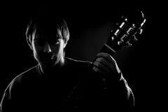 svart gitarristsilhouette arkivbilder