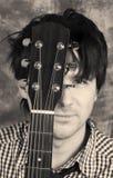 svart gitarristståendewhite Royaltyfri Foto