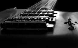 svart gitarrwhite Arkivfoton