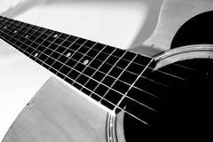 svart gitarrwhite Royaltyfri Foto