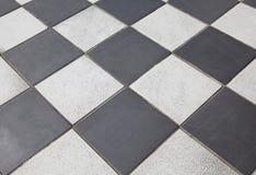 svart golv belagd med tegel white Arkivbild