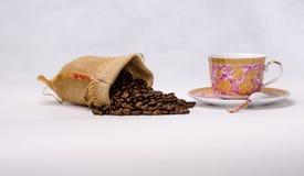 Svart grillad arabicakaffebönor och kopp Fotografering för Bildbyråer